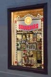 俄国全国玩具和纪念品在商店窗口里在圣Pe 免版税库存图片