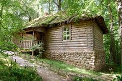 俄国公共浴室在晴朗的森林里在夏天 库存图片