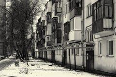 俄国公寓楼在冬天 免版税库存图片
