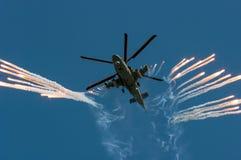 俄国军事直升机钾52射击热诱饵在空展示 免版税库存图片