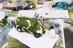 俄国军事装甲的伪装吉普老虎 在工作空间的塑料比例模型 库存图片