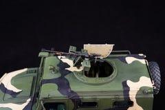 俄国军事装甲的伪装吉普老虎 r 在黑暗的背景的塑料比例模型 免版税库存图片