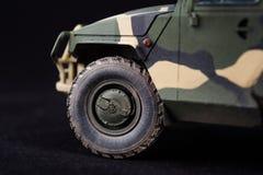 俄国军事装甲的伪装吉普老虎 r 在黑暗的背景的塑料比例模型 免版税库存照片
