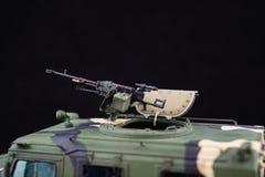 俄国军事装甲的伪装吉普老虎 r 在黑暗的背景的塑料比例模型 库存图片