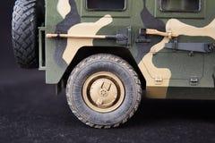 俄国军事装甲的伪装吉普老虎 r 在黑暗的背景的塑料比例模型 图库摄影