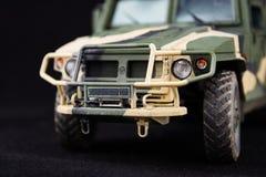 俄国军事装甲的伪装吉普老虎 r 在黑暗的背景的塑料比例模型 库存照片