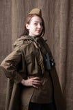 俄国军服的妇女有照相机的 在第二次世界大战期间的女性随军记者 免版税库存图片