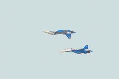 俄国军用喷气式歼击机su30 sm侧面部队C 特技飞行配对执行了`镜子`元素 免版税库存照片
