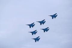 俄国军用飞机展示特技飞行 免版税库存照片