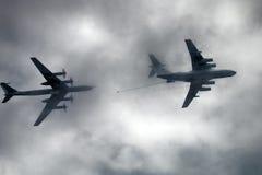 俄国军用飞机TU-142MP和Il78北约麦得斯航空器在空气加油 库存照片
