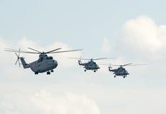俄国军用直升机在形成飞行 库存图片