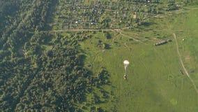俄国军队 跳跃与圆的降伞 从mi8直升机的跃迁 股票录像