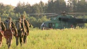 俄国军队 跳跃与圆的降伞 伞兵跑入直升机 股票录像