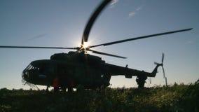 俄国军队 跳跃与圆的降伞 伞兵跑入直升机 影视素材