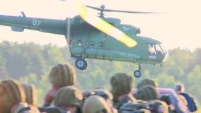 俄国军队 跳跃与圆的降伞 直升机离开 影视素材