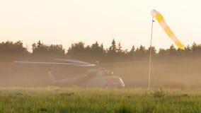 俄国军队 跳跃与圆的降伞 直升机Mi 8 股票录像