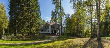 俄国农庄在森林里 免版税图库摄影