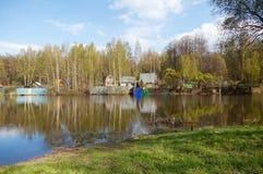 俄国农村风景,水的家 免版税库存照片