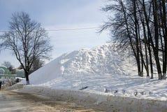 俄国冬天 巨大的snowhill和黑树没有叶子 库存照片