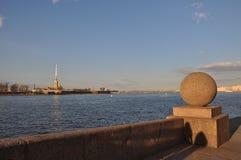 俄国北部市圣彼德堡 堤防 Neva河 花岗岩天际 蓝天 免版税库存照片