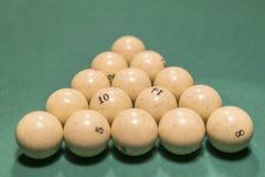 俄国台球的白色撞球,在桌上的一个三角 俄国撞球和暗示在桌,金字塔上 免版税库存图片