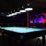 俄国台球 演奏台球在夜总会 免版税图库摄影