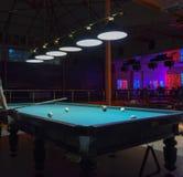 俄国台球 演奏台球在夜总会 库存图片