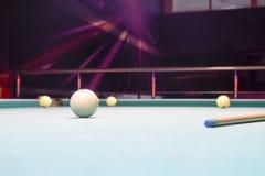 俄国台球 演奏台球在夜总会 免版税库存照片
