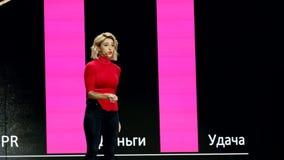 俄国名人instagram博客作者阿纳斯塔西娅Ivleeva执行在业务会议 股票视频
