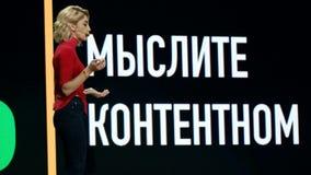 俄国名人instagram博客作者阿纳斯塔西娅Ivleeva执行在业务会议 影视素材