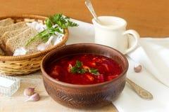 俄国和乌克兰烹调-罗宋汤一个传统盘  汤用甜菜、肉、土豆和豆 服务与的酸性稀奶油 免版税库存照片