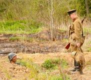 俄国和德国士兵 争斗的重建在第二次世界大战军服的  图库摄影