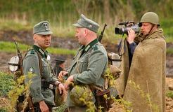 俄国和德国士兵 争斗的重建在第二次世界大战军服的  库存图片