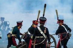 俄国和拿破仑似的军队争斗的重建在俄国市的Maloyaroslavets附近2016年10月23日 免版税图库摄影