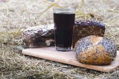 俄国啤酒和面包在一个木板 免版税库存照片
