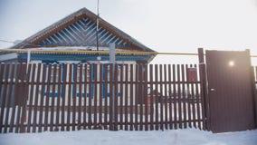 俄国国家-典型的村庄在一个积雪的空的村庄晴天 免版税库存照片