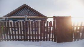 俄国国家-典型的村庄在一个积雪的空的村庄 图库摄影
