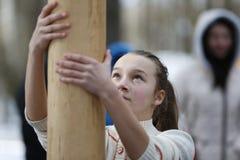 俄国国庆节Maslenitsa 在岗位的攀登 免版税库存图片