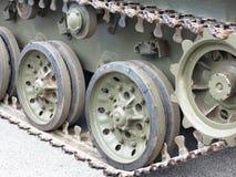 俄国坦克特写镜头眺望绿色轨道从前方 免版税库存照片