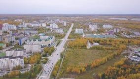 俄国城市的郊外、飞机棚、车库、路和大厦在多云秋天天反对灰色天空 ?? 股票录像