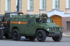 俄国士兵洗涤在Victo前面的一只防弹车老虎 库存照片