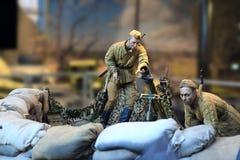 俄国士兵蜡象给武器充电 免版税库存图片