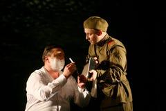 俄国士兵-男性官员刮脸 图库摄影