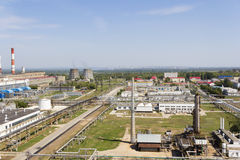 俄国大型炼油厂在夏天白天 图库摄影