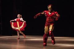 俄国女孩和机器人舞蹈dubstep 库存照片