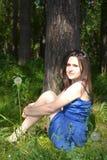 俄国女孩在俄国森林里 库存图片