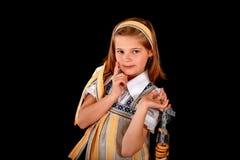 俄国女孩的画象全国礼服和百吉卷的 免版税库存图片