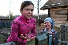 俄国女小学生画象从稀稀落落地居住于的恶劣的村庄的 免版税库存照片