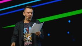 俄国岩石音乐家名人谢尔盖Shnurov执行在业务会议 股票视频