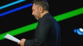 俄国岩石音乐家名人谢尔盖Shnurov执行在业务会议 影视素材